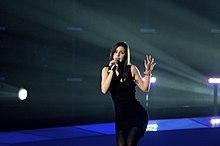 Fotografia di Lena che si esibisce sul palco durante una prova al concorso del 2010