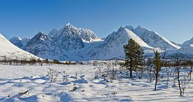 Lenangstindane and Jægervasstindane in Lyngen, 2012 March.jpg