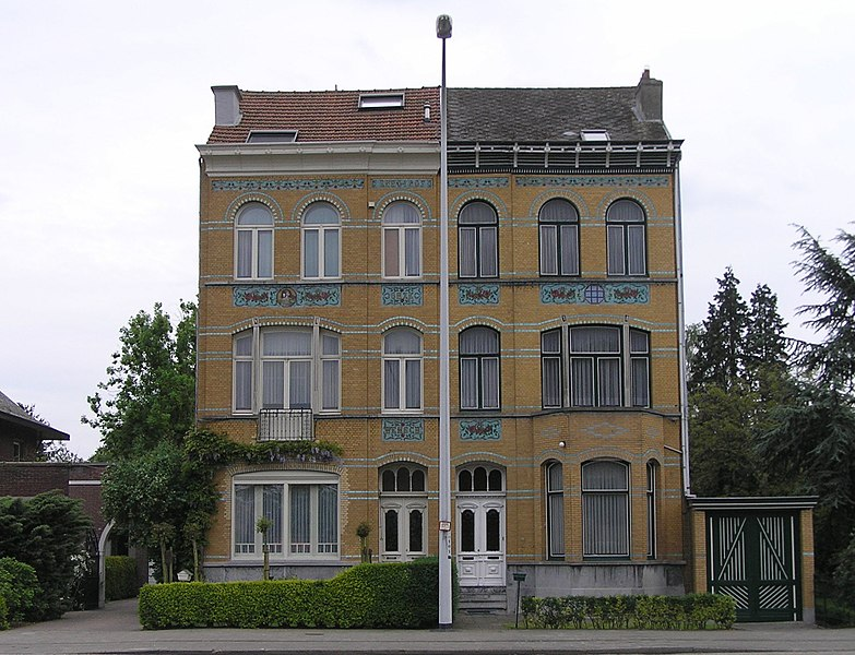 Two nearly identical civilian houses on the Liersesteenweg 304-306 in Mortsel. Number 306 dating from 1907, number 304 has been built a couple of years earlier. (on the left: nr.306, on the right: nr.304)