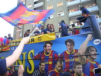 Gabriel Milito - Milito (center) waves to fans during Barcelona's 2010–11 victory parade