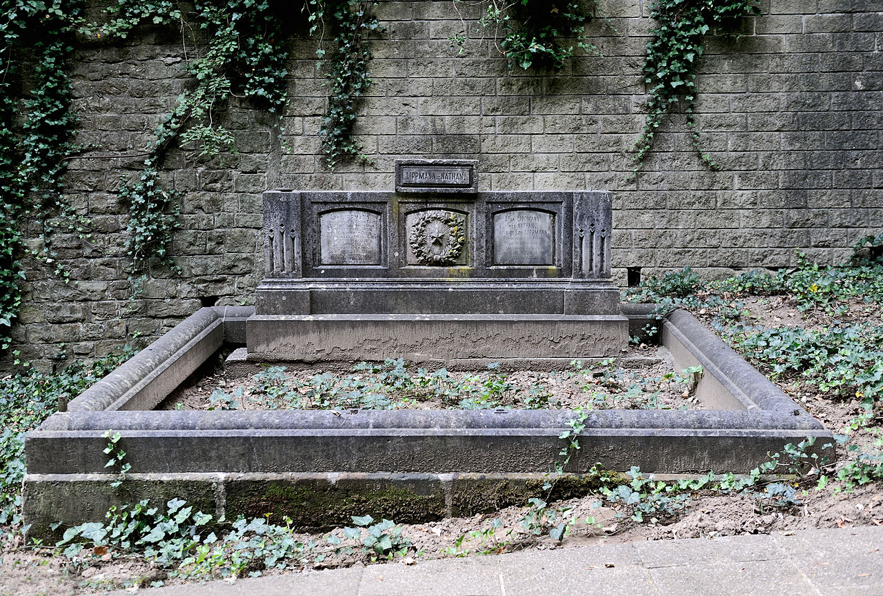 Lippmann tomb Jewish cemetery Clausen 01.jpg