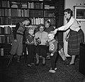 Lis Groes met 5 van haar kinderen, vermoedelijk v.l.n.r. Uffe, Thyge, Birte, Esk, Bestanddeelnr 252-9000.jpg