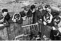 Lotnicy polscy w Wielkiej Brytanii podczas przerwy między lotami (21-69-2).jpg