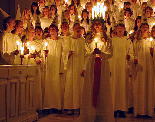 St.Lucia celebrations in a Swedish church - 13.12.2006 - By Claudia Gründer (Claudia Gründer) [CC BY-SA 3.0], via Wikimedia Commons