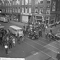Luilak in Amsterdam, de jeugd versperde de trambaan in de Van Woustraat, Bestanddeelnr 915-2139.jpg