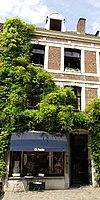 foto van Huis met lijstgevel onder een dak met nr 16a, bestaande uit twee traveeën.