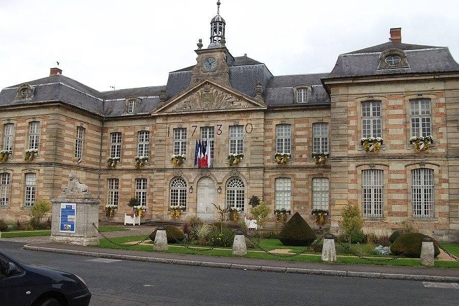 Mairie de Sainte-Ménehould. Reconstruite en 1730 après un incendie par l'aide de Louis XV.