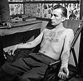 Man poseert met tatoeages gezet door tatoeëerder Jack, Bestanddeelnr 252-9247.jpg