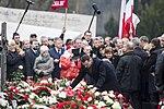 Mateusz Morawiecki składa wieniec na grobach ofiar podczas 6 rocznicy tragedii smoleńskiej.jpg
