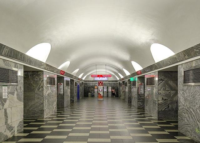 Станция метро «Чернышевская» остановила работу из-за странной коробки