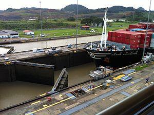 Miraflores (Panama) - Image: Miraflores Locks Hanjin Wilmington entering