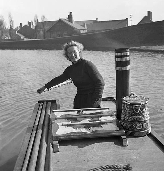 File:Miss March manning the tiller of the narrowboat 'HEATHER BELL' nas it carried flour from Worcester to Tipton during 1942. D7652.jpg