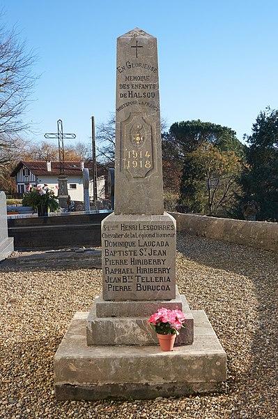 Monument aux morts dans le cimetières de Halsou