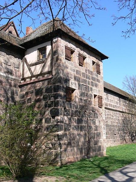 450px-N%C3%BCrnberg_Frauentormauer_Turm_rotes_K_3.jpg