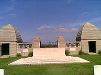 Niederzwehren Cemetery-Altar mit Eingangsportal.jpg