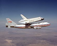 Lo Shuttle Carrier Aircraft trasporta lo Space Shuttle Enterprise.