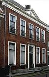 foto van Huis met klassieke gevel met rechte kroonlijst en fronton