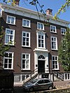 Monumentaal patriciershuis ter breedte van vijf vensterassen en met omlopend schilddak, waarop hoekschoorstenen