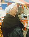 Oude vrouw in klederdracht in Stellendam.jpg