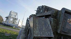 Pegasus Bridge défendu par un char britannique.jpg