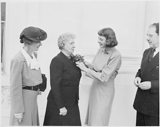 Community Chest (organization) - Bess Truman receiving a Community Chest award from Ingrid Bergman (1946)