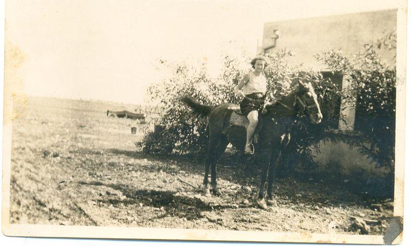 בלהה אברמסקי רוכבת על סוס