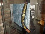 Preußen-Museum NRW Wesel Ausstellung Lebenszeichen-Nachkriegszeit und Fünfziger Jahre (Sammlung Abresch) – Fotoalbum mit Mützenband der Wilhelm Gustloff.png