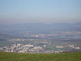 """Blick über Ennetsee (vorne Rotkreuz, dann die zu Hünenberg gehörende Gewerbezone """"Bösch"""", im Hintergrund am Seeufer: Cham)"""