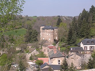 Saint-Léons - The chateau and surrounding buildings in Saint-Léons