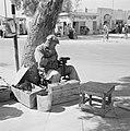 Schoenmaker in de openlucht aan het werk Op zijn leest heeft hij een schoen gez, Bestanddeelnr 255-3516.jpg