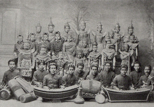 "Siamese theater group of ""Nai Boosra Mahin"" which performed in Berlin, Germany in 1900. Siamese theater group around 1900.jpg"