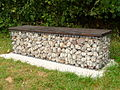Sitzbank Draht Sandstein Holz.JPG