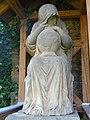 """Skulptur """"Die Trauernde"""" neben der Kirche von Rohrbach, Landkreis Weimarer Land.JPG"""