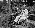Soekarno en Agus Salim in ballingschap . Wandelend langs het Tobameer nabij Prap, Bestanddeelnr 15346.jpg