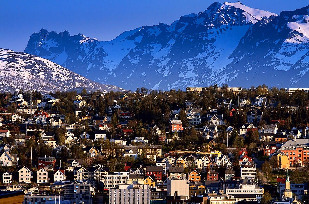 1280px Sommernatt i Troms%C3%B8 (7466198800)