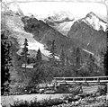 Sommets de montagne enneigés, pont de bois et rivière (7115113529).jpg