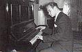Spede Pasanen soittamassa pianoa.jpg