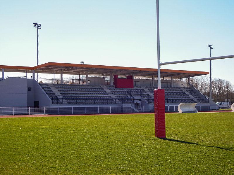 Tribune honneur du stade Colette-Besson de Dax, vue depuis le terrain d'honneur.
