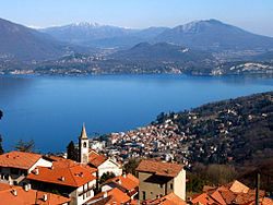 Stresa in foreground (صوبہ واریزے across lake)