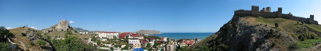 Панорама города Судак с элементом генуэзской крепости