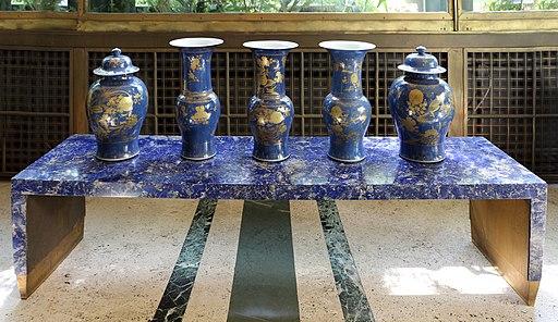 Tavolino in lastronato in lapislazzuli e vasi cinesi di famiglia blu, xviii secolo