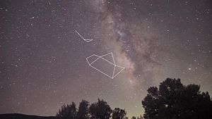 Файл:Teapot and teaspoon in night sky.webm