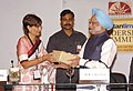 The Prime Minister, Dr. Manmohan Singh being presented a memento by the Chairperson of Hindustan Times, Smt. Shobhana Bhartia, at Hindustan Times Leadership Summit, in New Delhi on October 30, 2009.jpg
