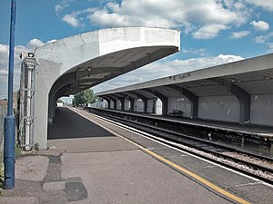 Tolworth railway station - Platforms at Tolworth station, note the concrete canopies.