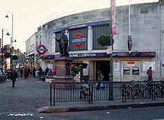 Tooting Broadway stn building.JPG