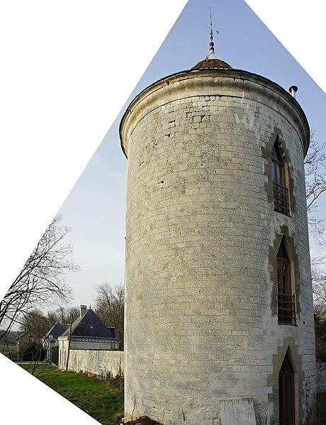 Tour Sud Est et portail ainsi que les deux pavillons d'entrée du château de Mairy sur Marne.