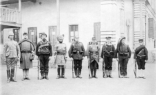 連合軍の兵士。左から、イギリス、アメリカ、ロシア、イギリス領インド、ドイツ、フランス、オーストリア=ハンガリー、イタリア、日本。