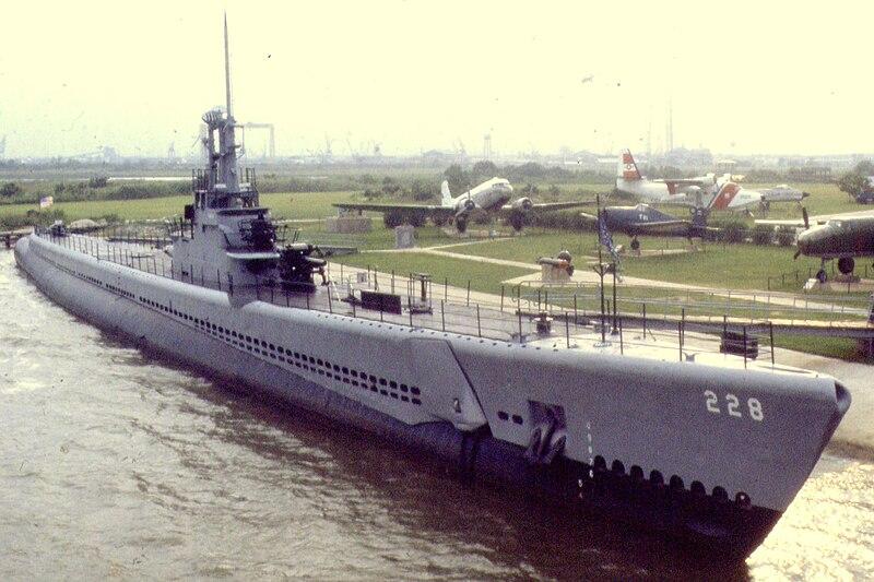 800px-USS_Drum.jpg