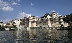Udaipur-Stadtpalast-42-vom Picholasee-2018-gje.jpg