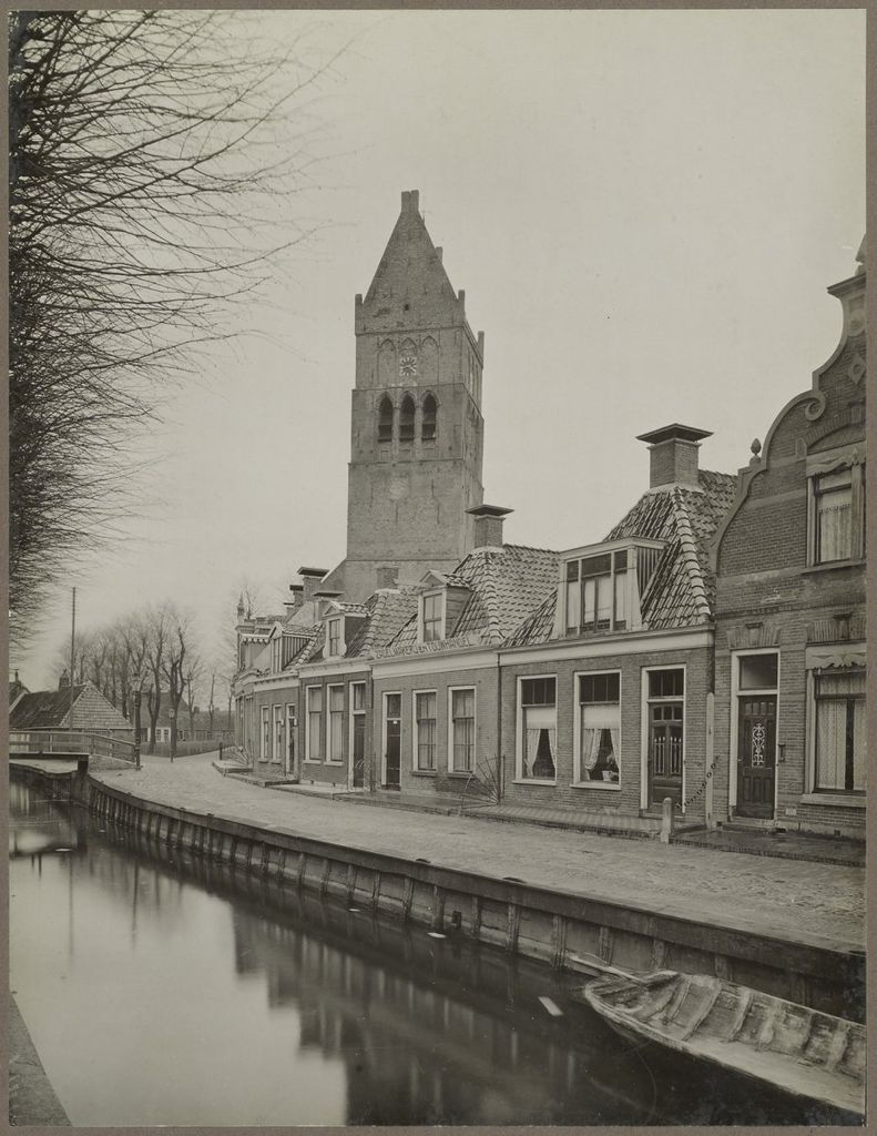 File:Vaart huizen en kerktoren gezien vanuit het westen - Bolsward - 20325645 - RCE.jpg